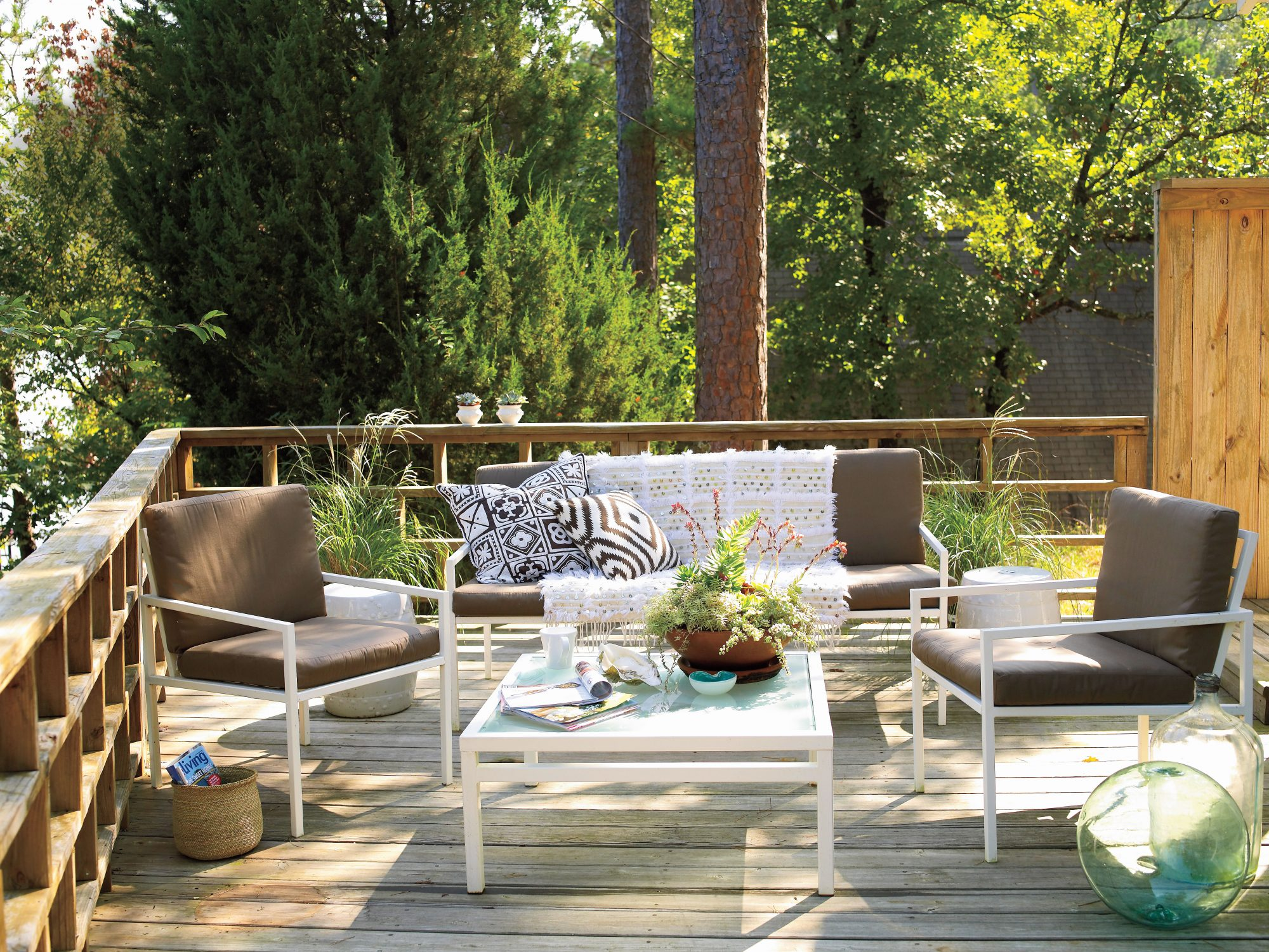 White Painted Home Decor: Correlating Deck Furniture