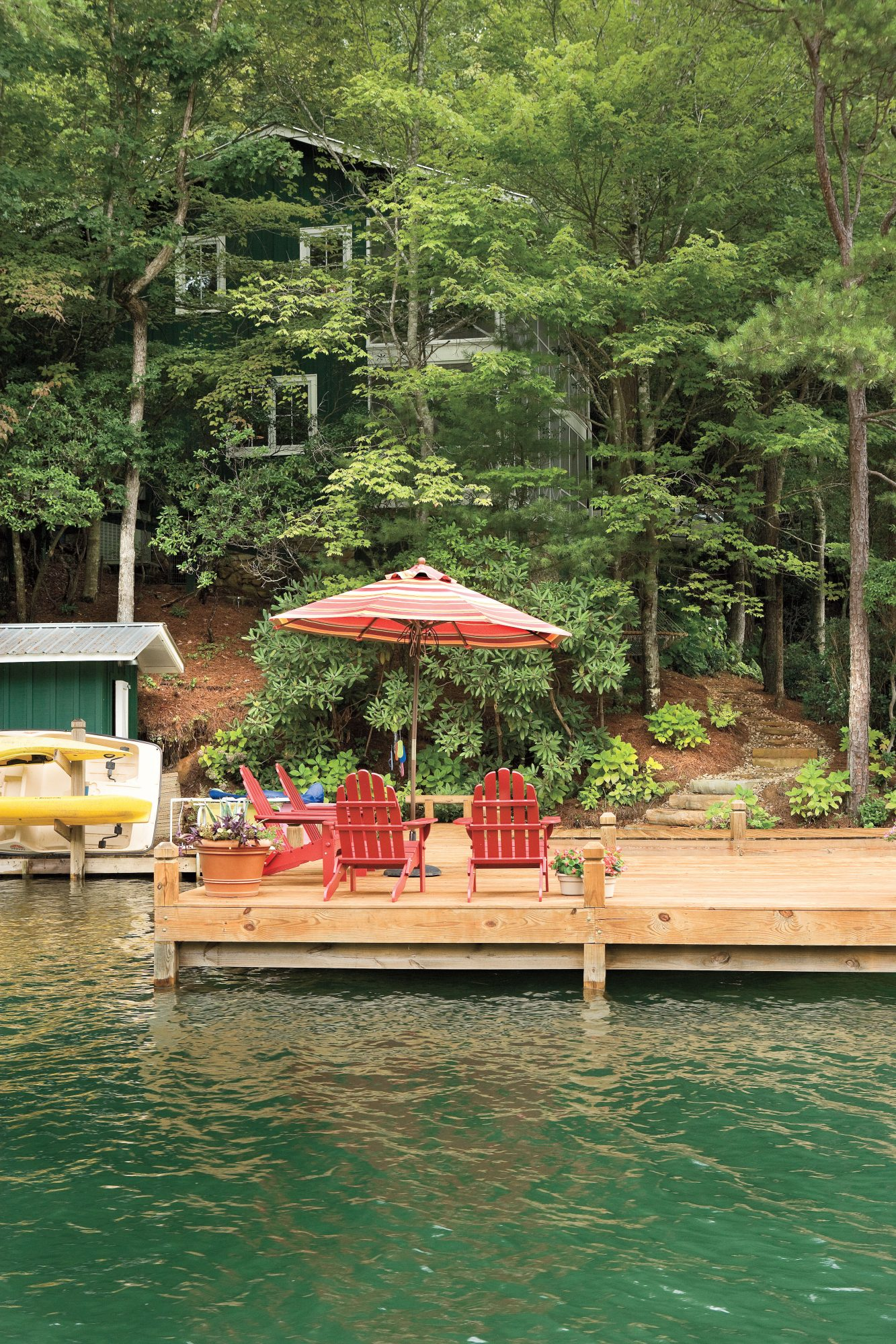 Lakeside Cabin Makeover: Spacious Dock