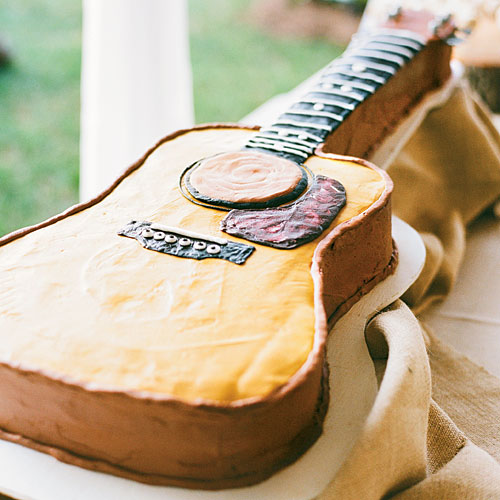 If music is a big part of the groom's life, show that off with an instrument cake.