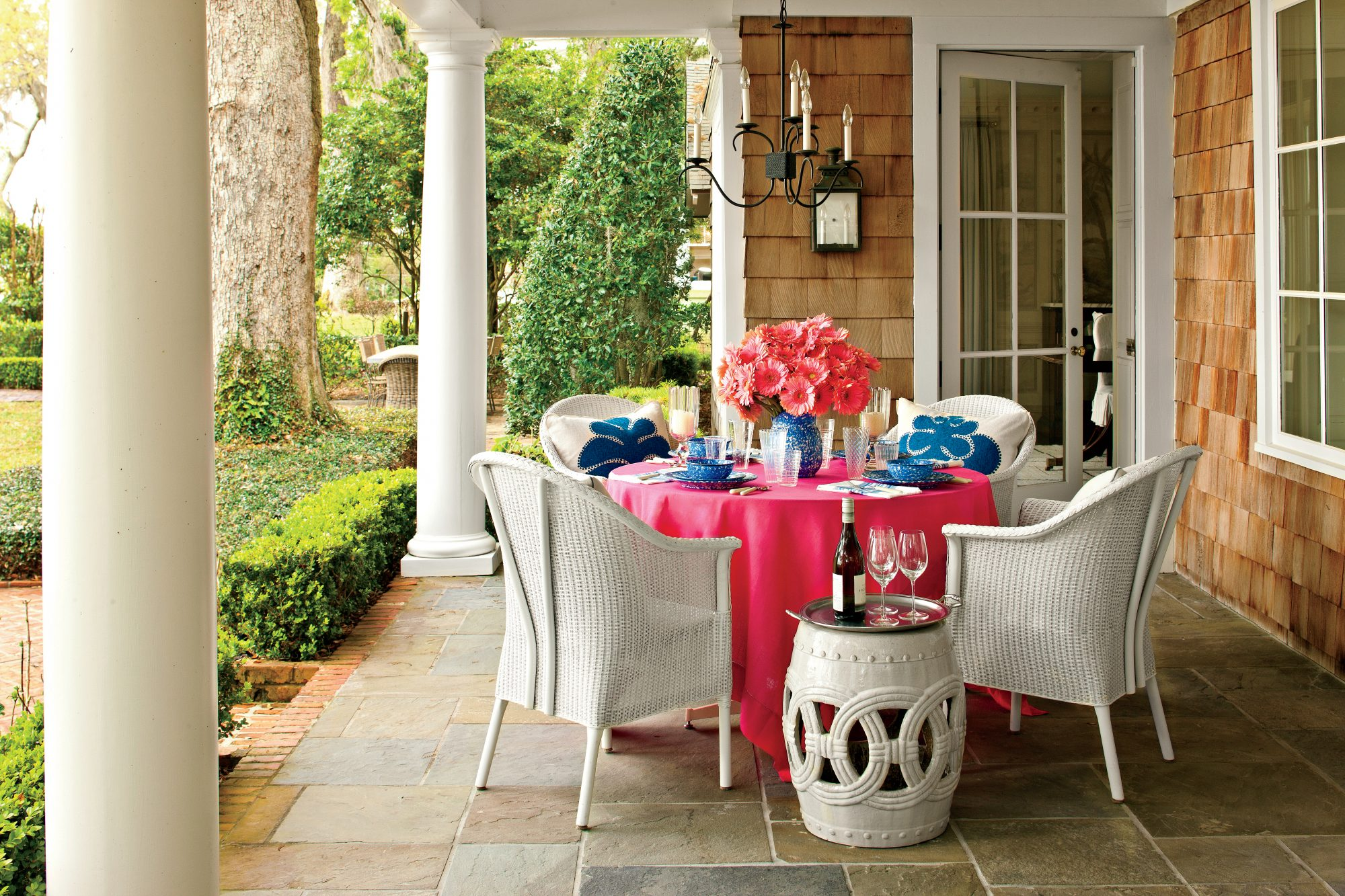 Cozy Outdoor Dining Area: Bright Tablescape