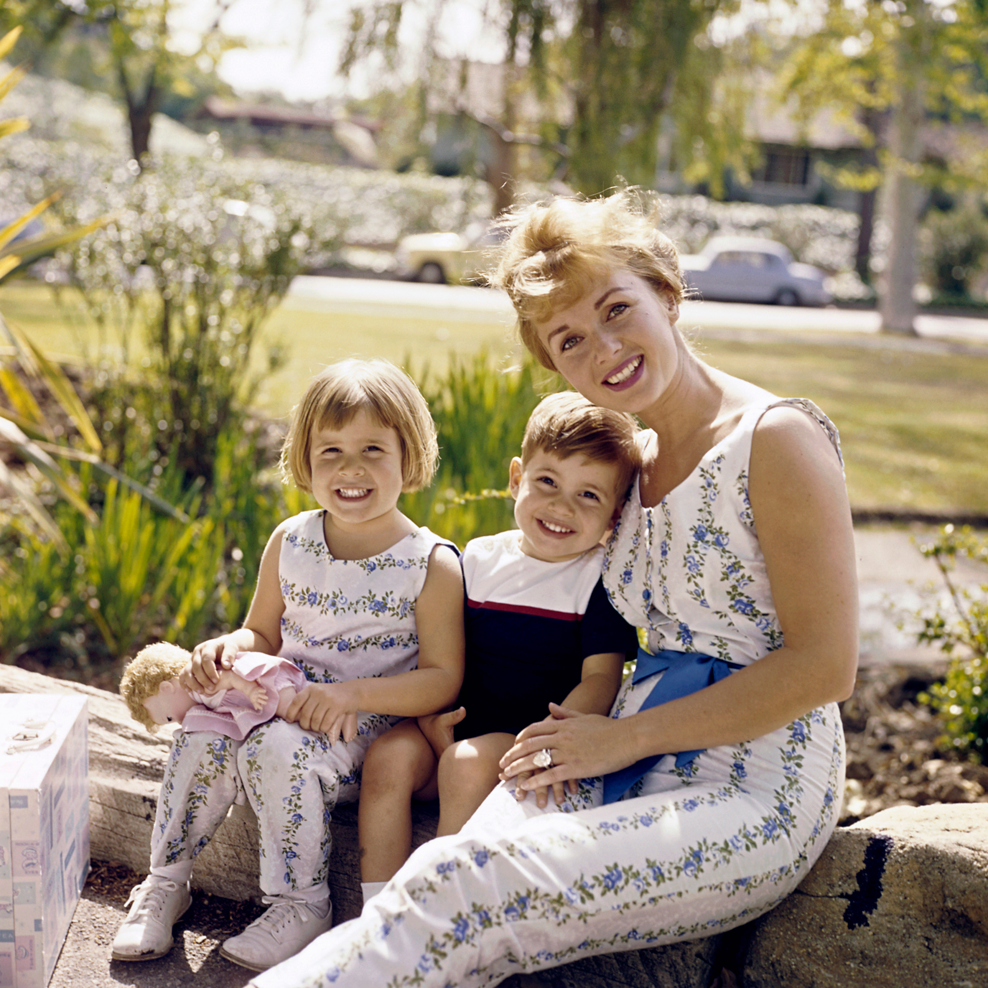 1A4A84EC Debbie Reynolds with her children Todd Fisher and Carrie Fisher 1961 © 1978 David Sutton