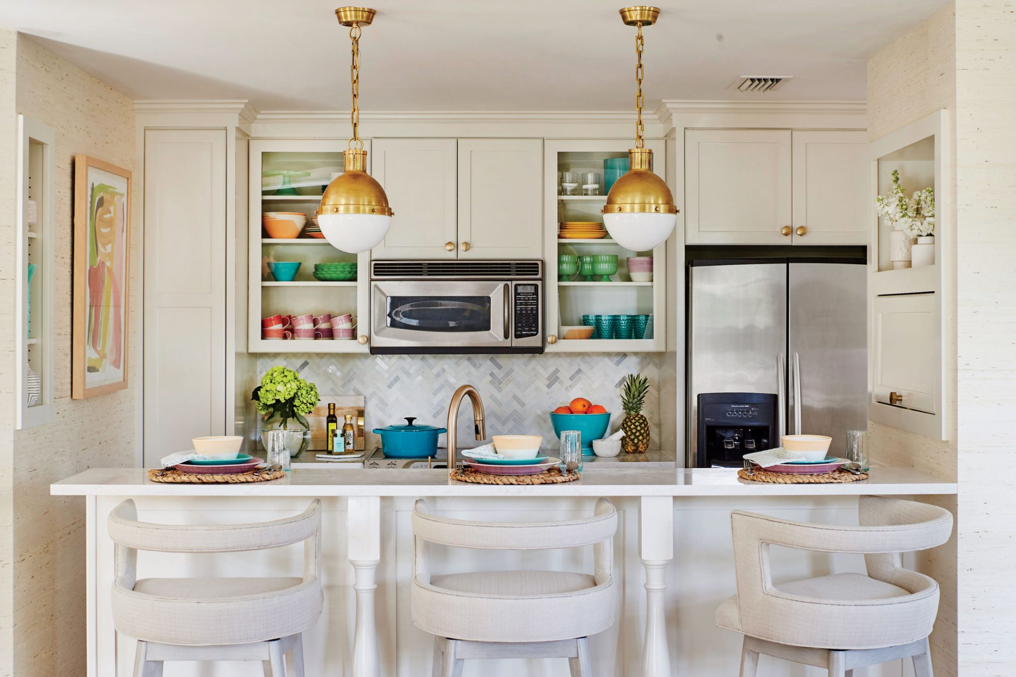 Yes, there is such a thing! Gallion and Beatty didn't have to gut this small, eat-in kitchen to give it serious style cred. Instead of replacing the plain brown cabinetry, they painted it (Natural Choice by Sherwin-Williams) and swapped out the...
