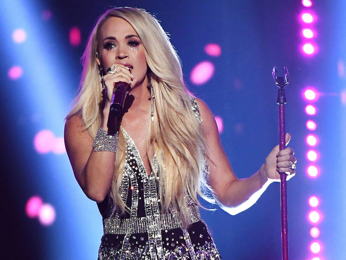 Carrie Underwood Details Accident for First Time — and Says She Wasn't Hiding: 'I'm Okay Talking About It!' carrie-underwood-acm