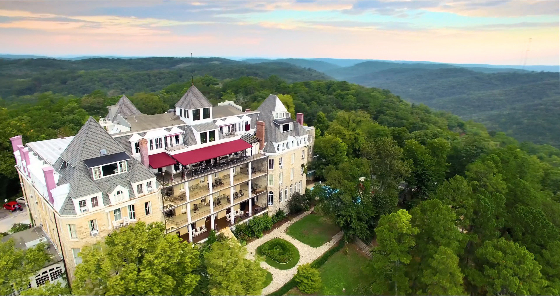 16. 1886 Crescent Hotel & Spa (Eureka Springs, Arkansas)