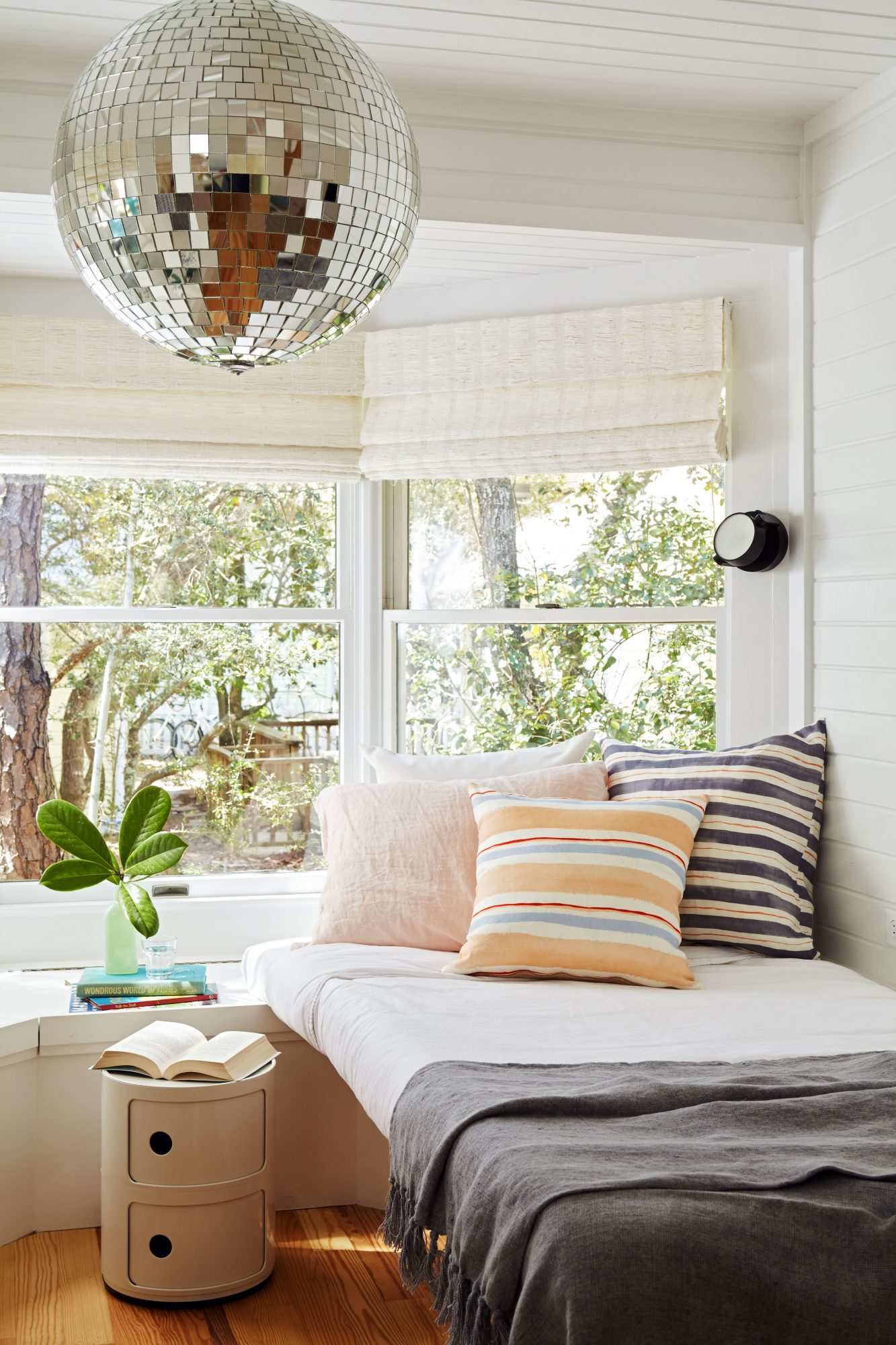 600 Square Foot Beach Cottage Pull Out Bed Nook