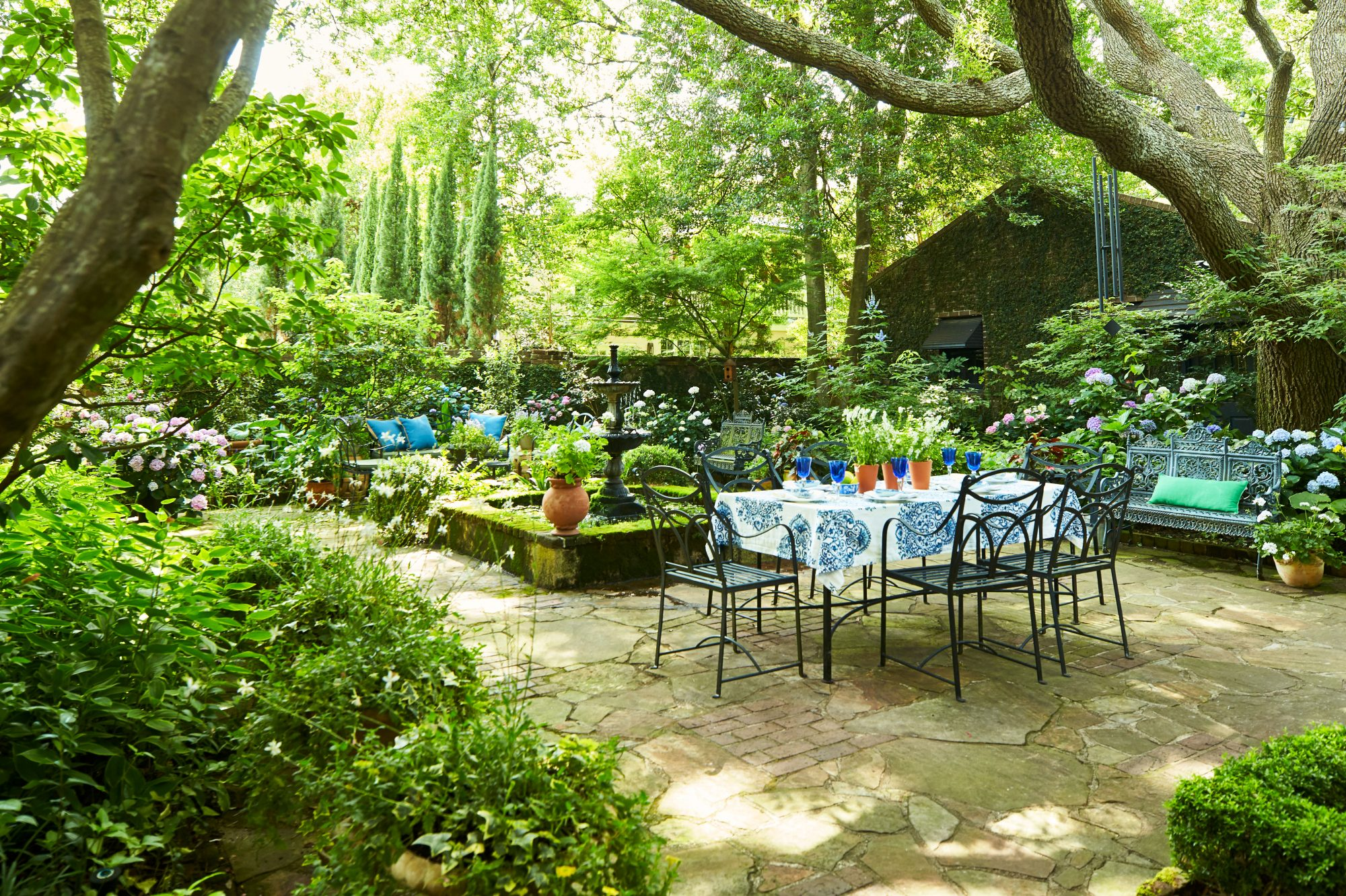 Courtyard Dining Area in Charleston, SC