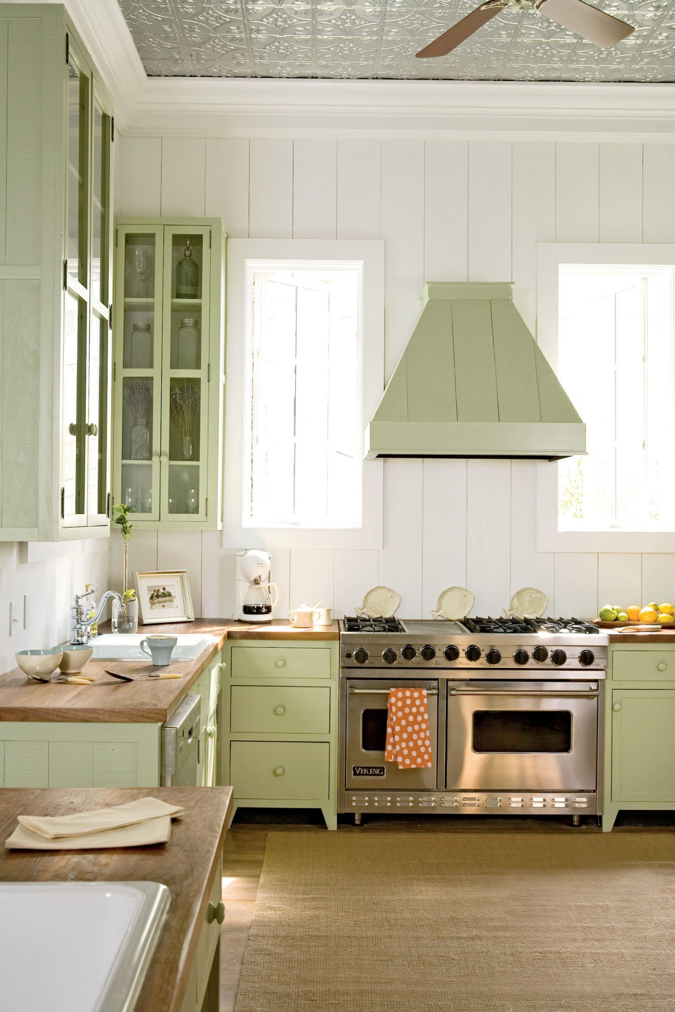 A clean colorless background allows you to have a little fun with your cabinetry. This cool Key lime hue really pops and is as refreshing as it is sweet.