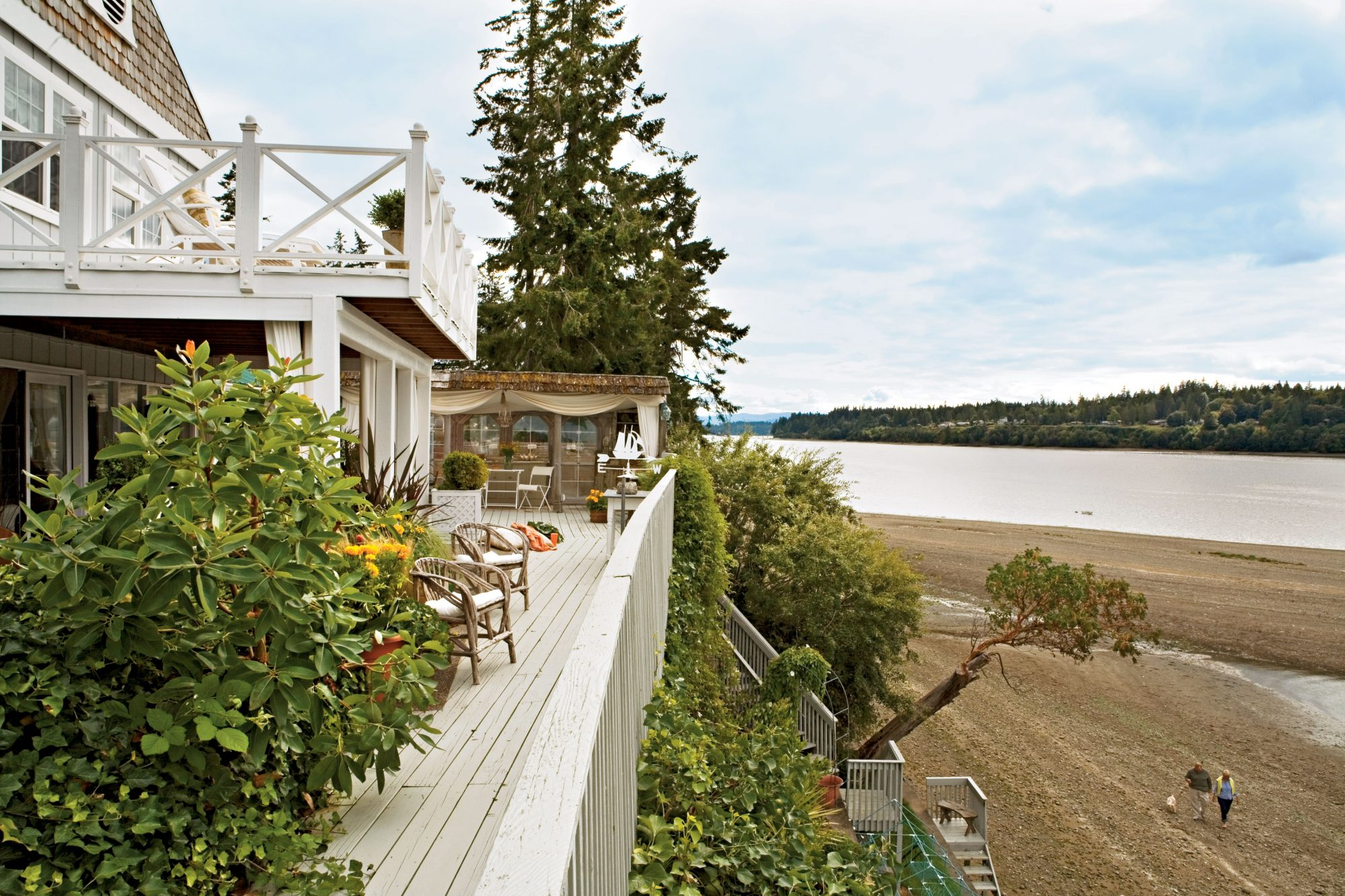 "Homeowner Jerry West Sanders transformed this Steamboat Island, Washington, cottage into her dream home. ""I wanted a simple, coastal look for easy living,"" she says. ""I like color, but I don't use it in this setting."""