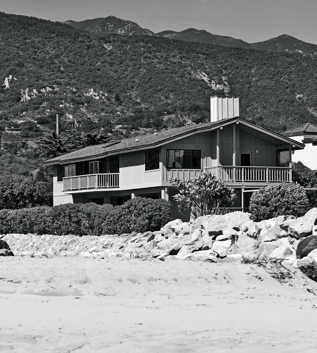 With its drab gray exterior, this '70s Santa Barbara beach house didn't match the vibrancy of its oceanfront location.