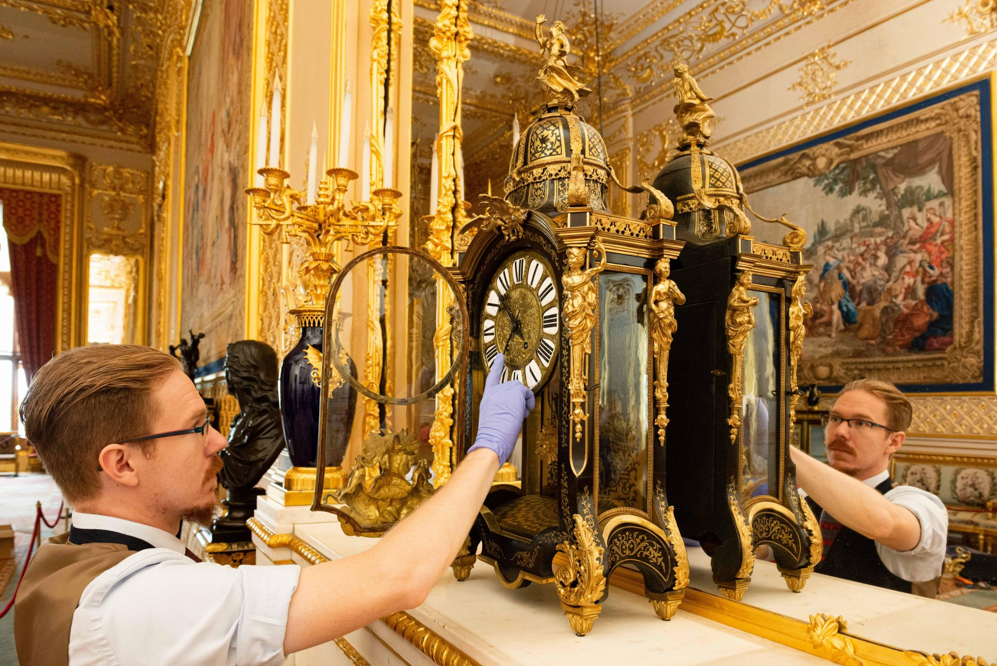 Changing the clocks at the official residences of the Queen