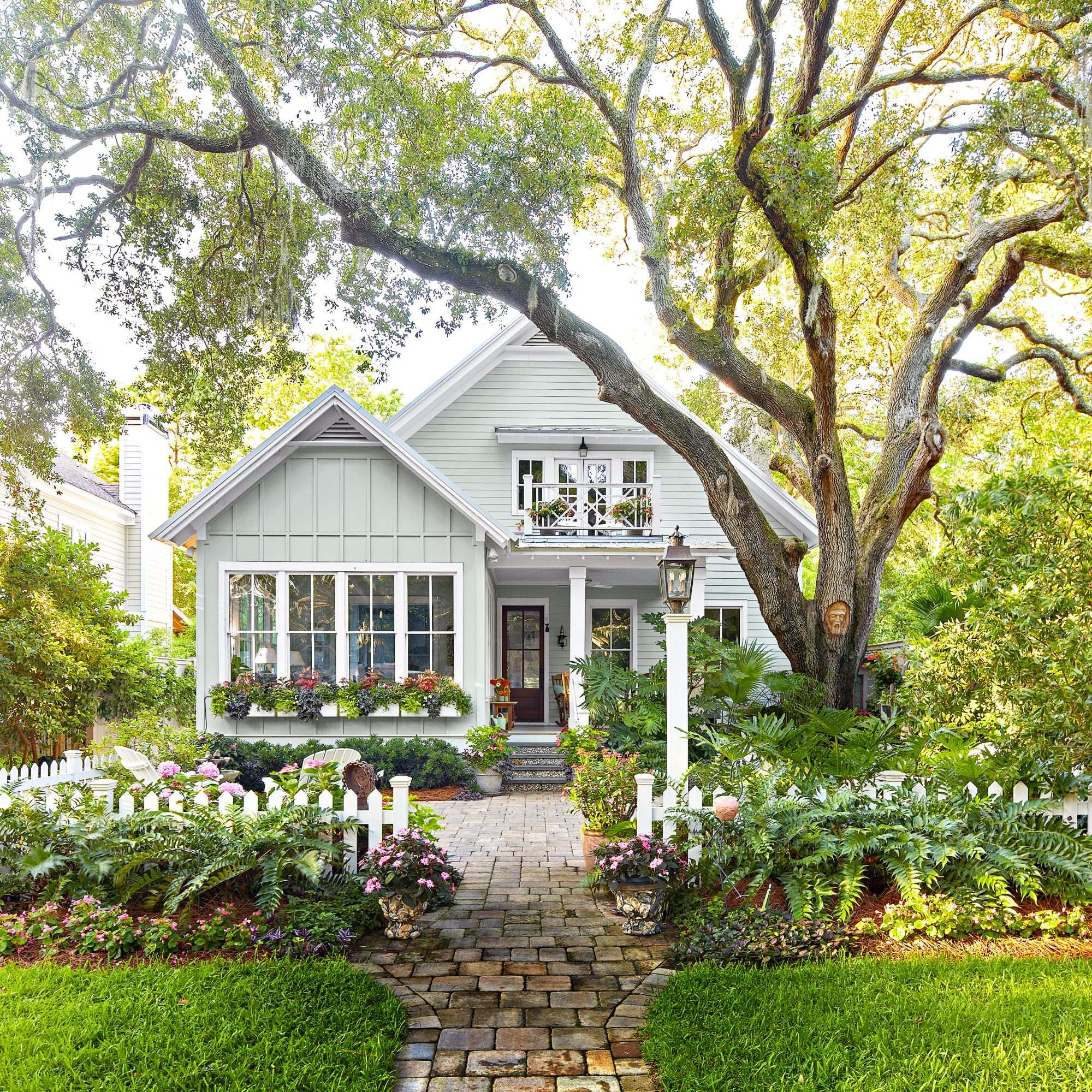 St Simons front yard with patio and old live oak tree
