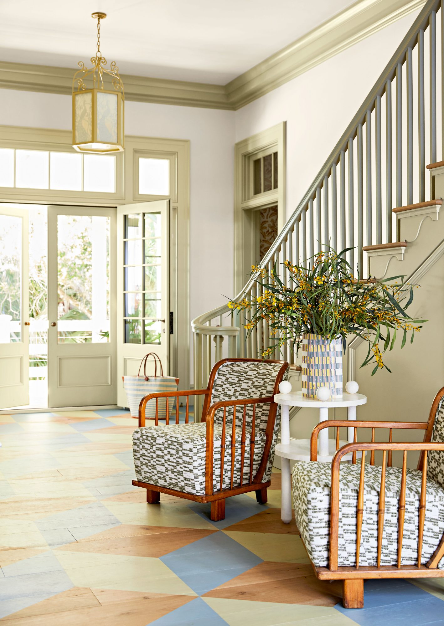 Casual traditional entry space