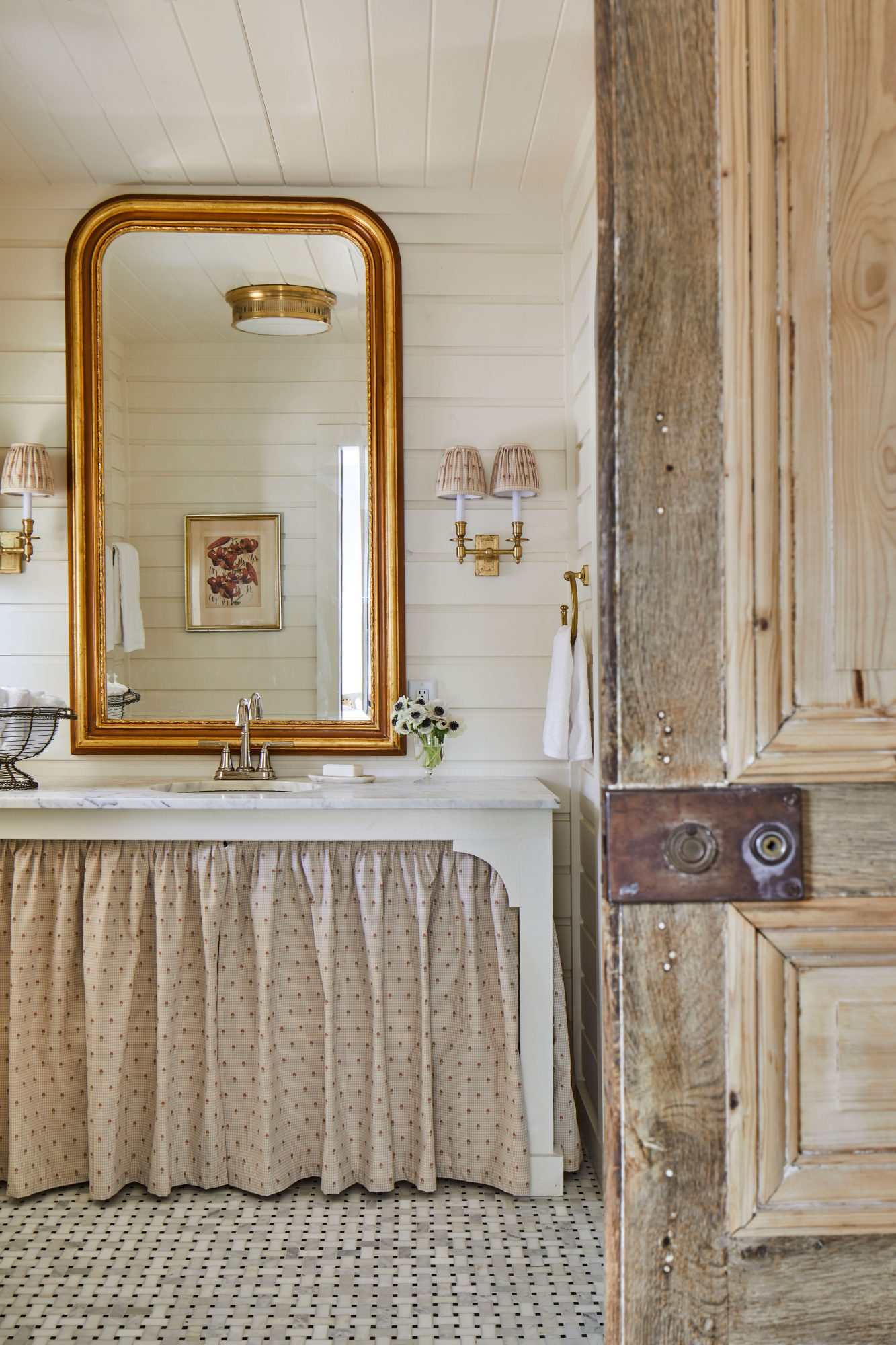 Cottage Style Main Bathroom in Marble and Neutral Colors
