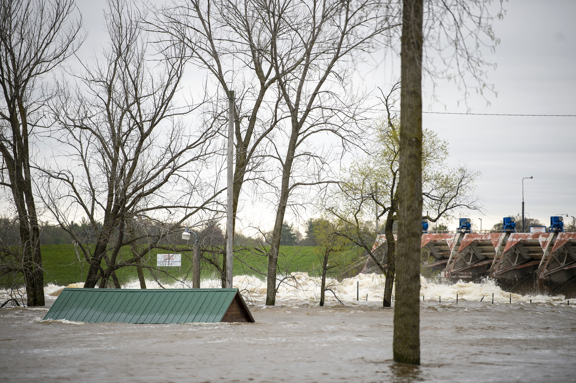 Dams in michigan break forcing thousands to evacuate