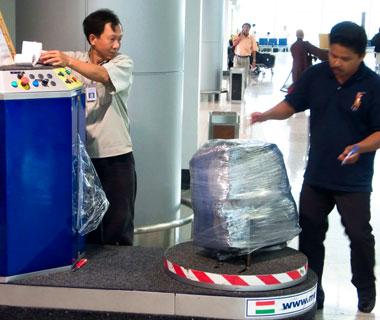 How to Avoid Luggage Theft: Airport Plastic Wrapping Service