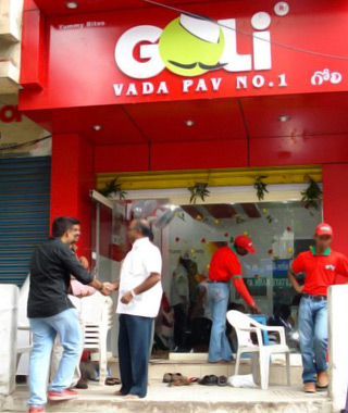"""best fast-food chains in the world: Goli Vada Pav No. 1"