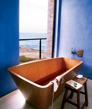 Coolest Hotel Bathtubs: Estancia Vik