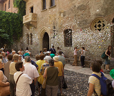 World's Weirdest Superstitions: Love Letters to Juliet, Italy