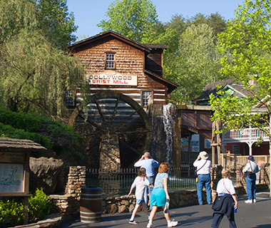 201406-w-americas-favorite-mountain-towns-pigeon-forge-tennessee