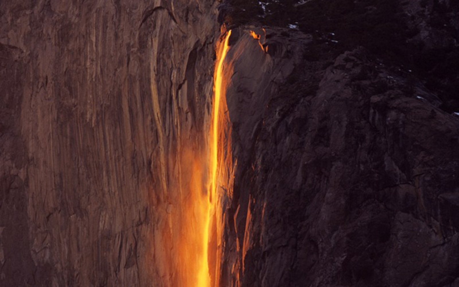 "Nature's Most Spectacular Light Shows: ""Fire Falls"" in California's Yosemite National Park"