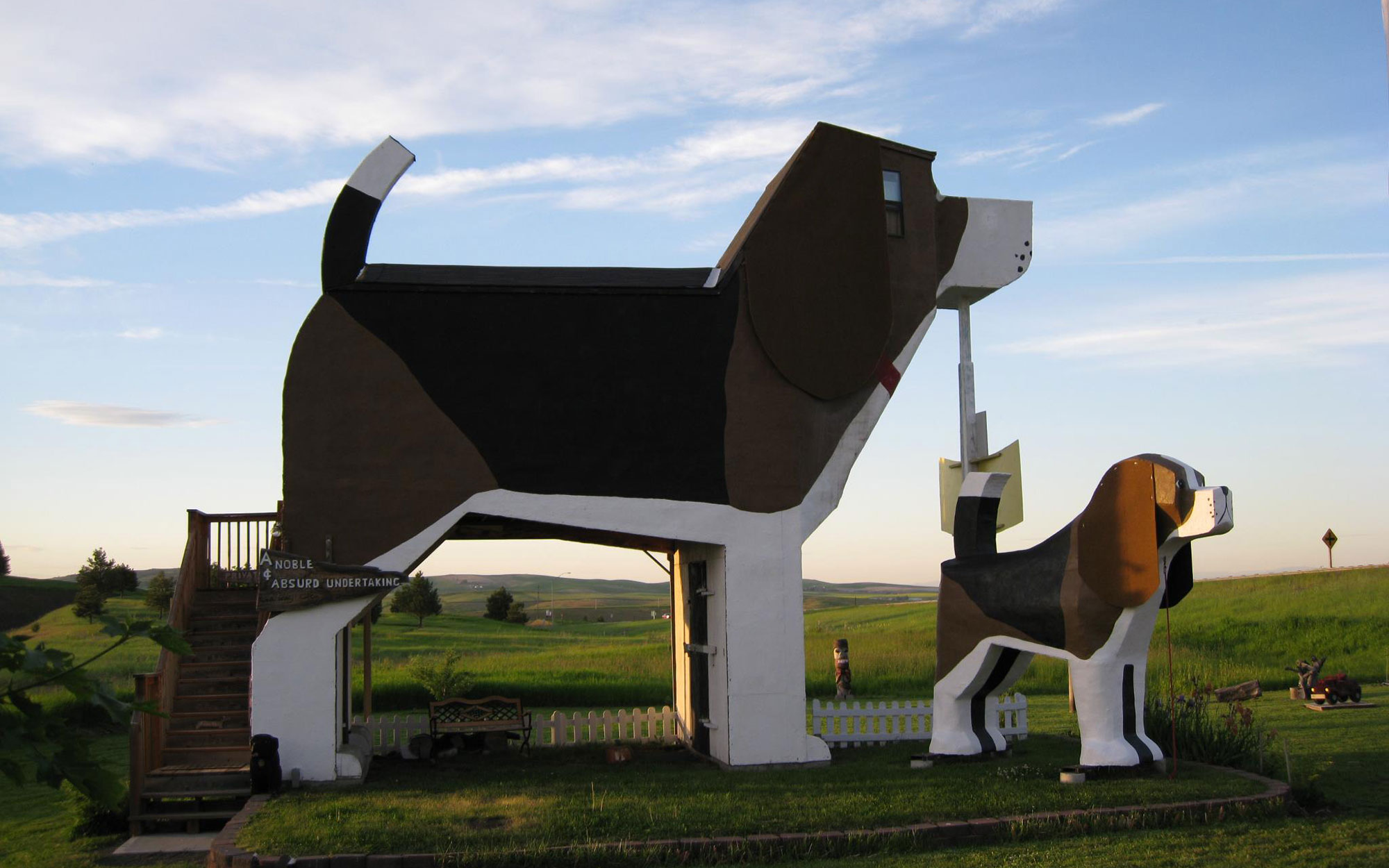 Weirdest Roadside Attractions: Idaho: World's Biggest Beagle (Dog Bark Park Inn)