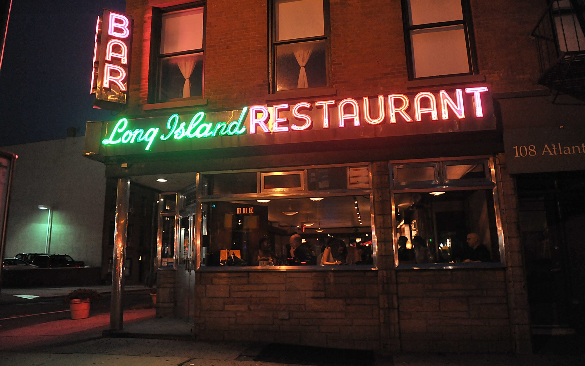 Best Old Restaurants and Bars in NYC: Long Island Bar