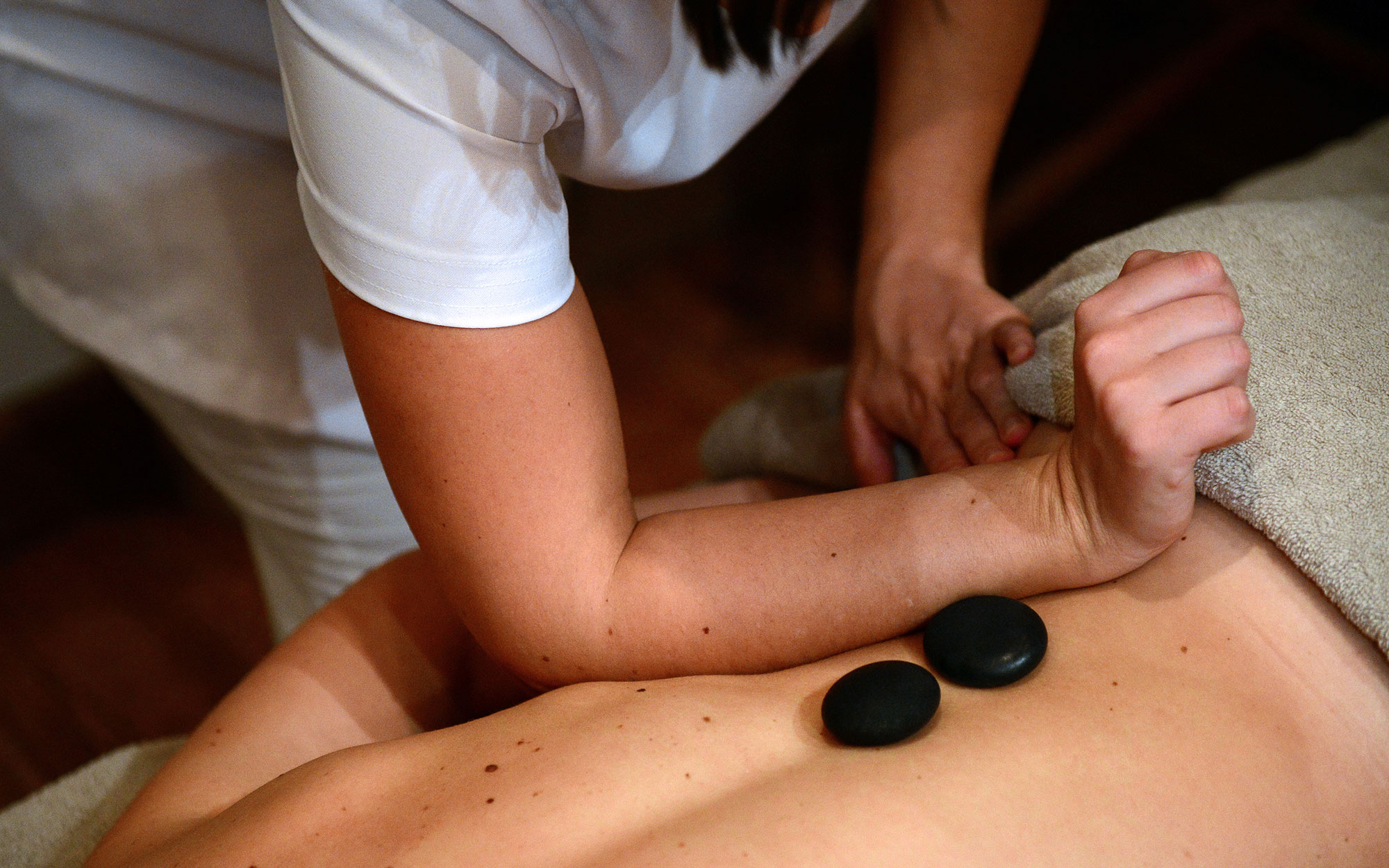 "An employee gives a massage to a client at the luxury hotel ""Les Barmes de l'Ours"", on December 13, 2012 in Val d'Isere, French Alps. AFP PHOTO / FRANCK FIFE        (Photo credit should read FRANCK FIFE/AFP/Getty Images)"