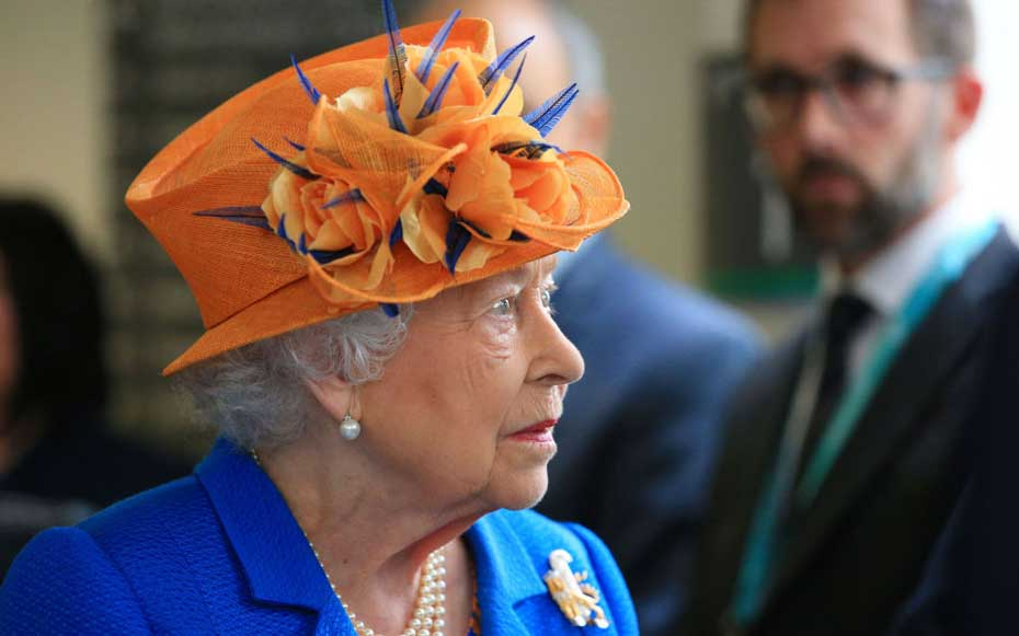 MANCHESTER, ENGLAND - MAY 25: Queen Elizabeth II visits the Royal Manchester Children's Hospital to meet victims of the terror attack in the city earlier this week and to thank members of staff who treated them on May 25, 2017 in Manchester, England.  Que