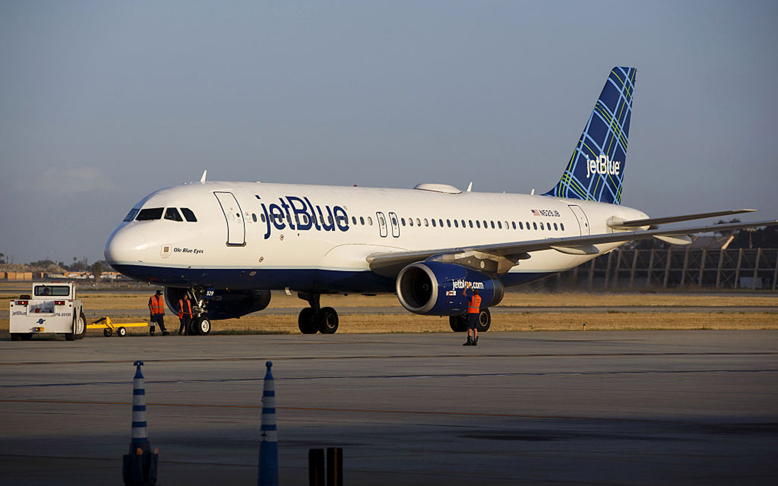 A JetBlue Airways Corp. Airbus Group SE A320 aircraft taxis on the tarmac at Long Beach Airport (LGB) in Long Beach, California, U.S., on Monday, April 25, 2016. JetBlue Airways Corp. is scheduled to release earnings figures on April 26. Photographer: Pat