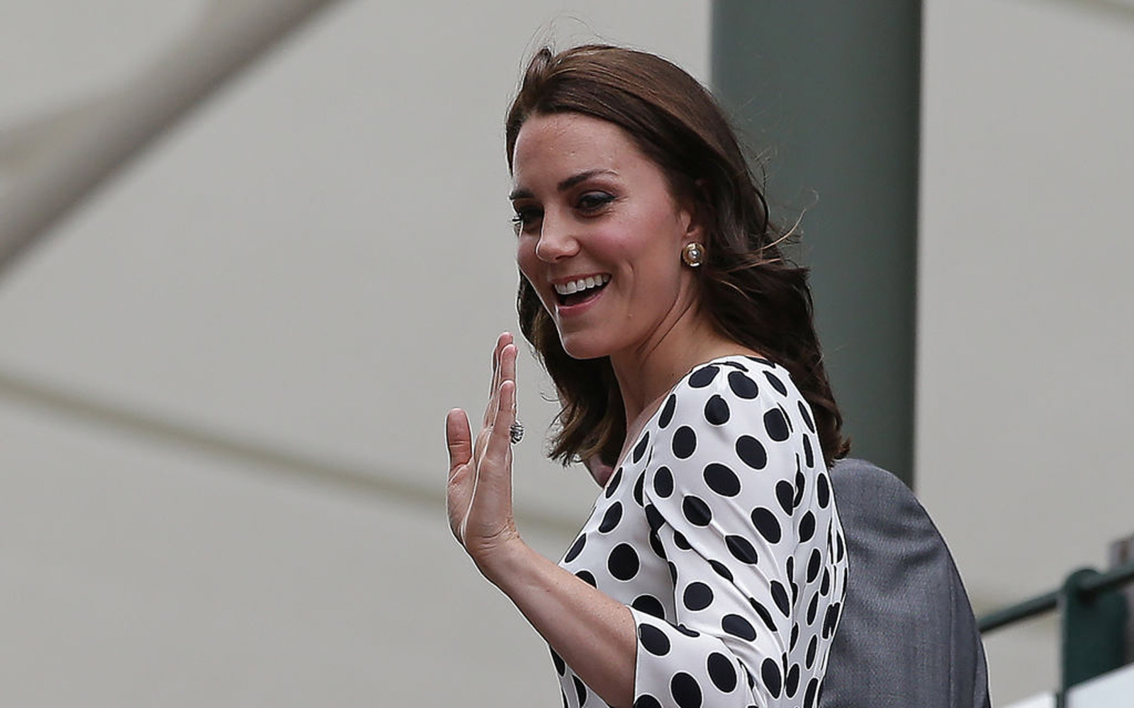Britain's Catherine, Duchess of Cambridge, waves as she arrives at The All England Lawn Tennis Club in Wimbledon, southwest London, on July 3, 2017 on the first day of the 2017 Wimbledon Championships. / AFP PHOTO / Daniel LEAL-OLIVAS / RESTRICTED TO EDIT