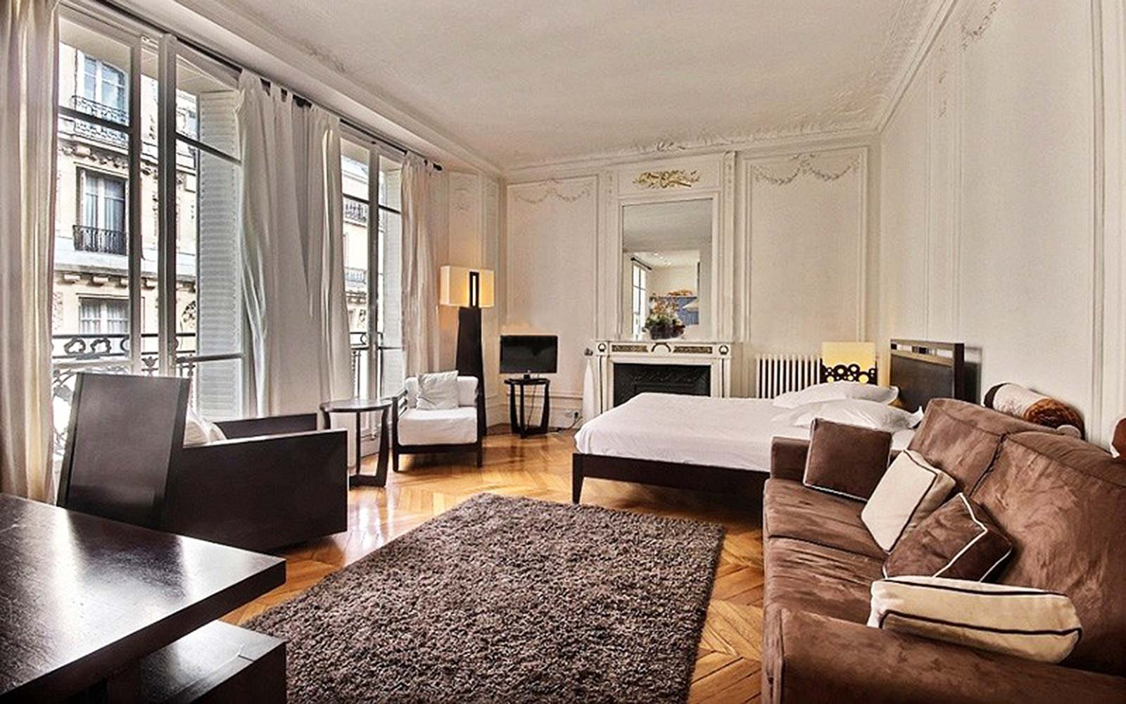 Airbnb Vacation Holiday Rental Paris France Arc de Triomphe