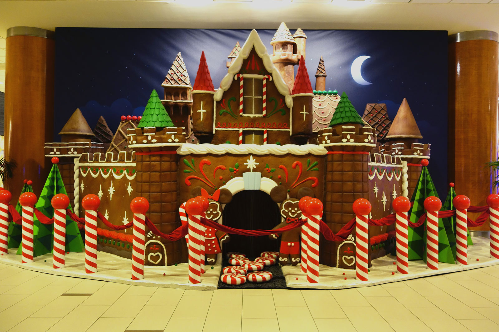 Disnetland Hotel Gingerbread House