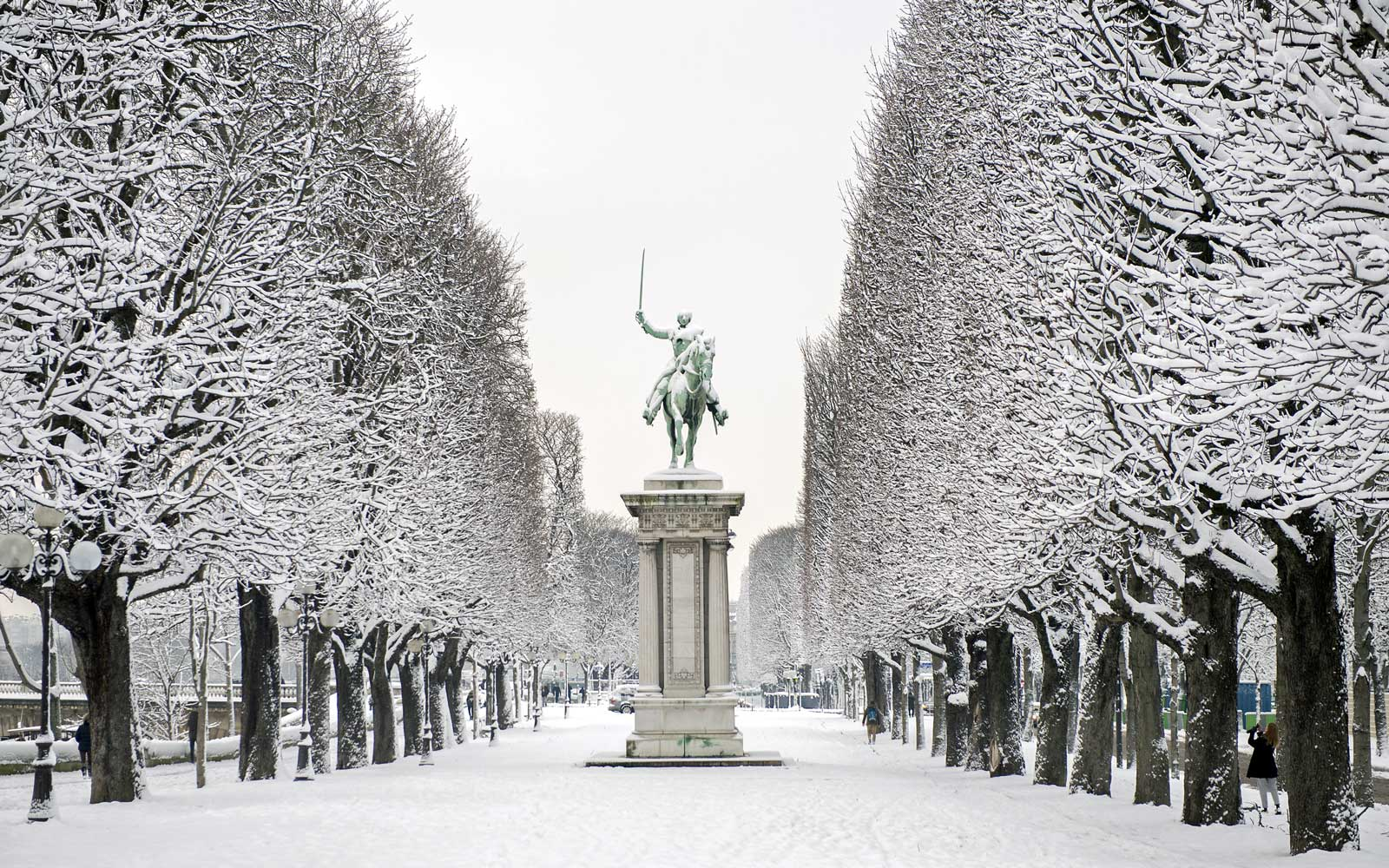 Paris' Cours la Reine covered in snow.