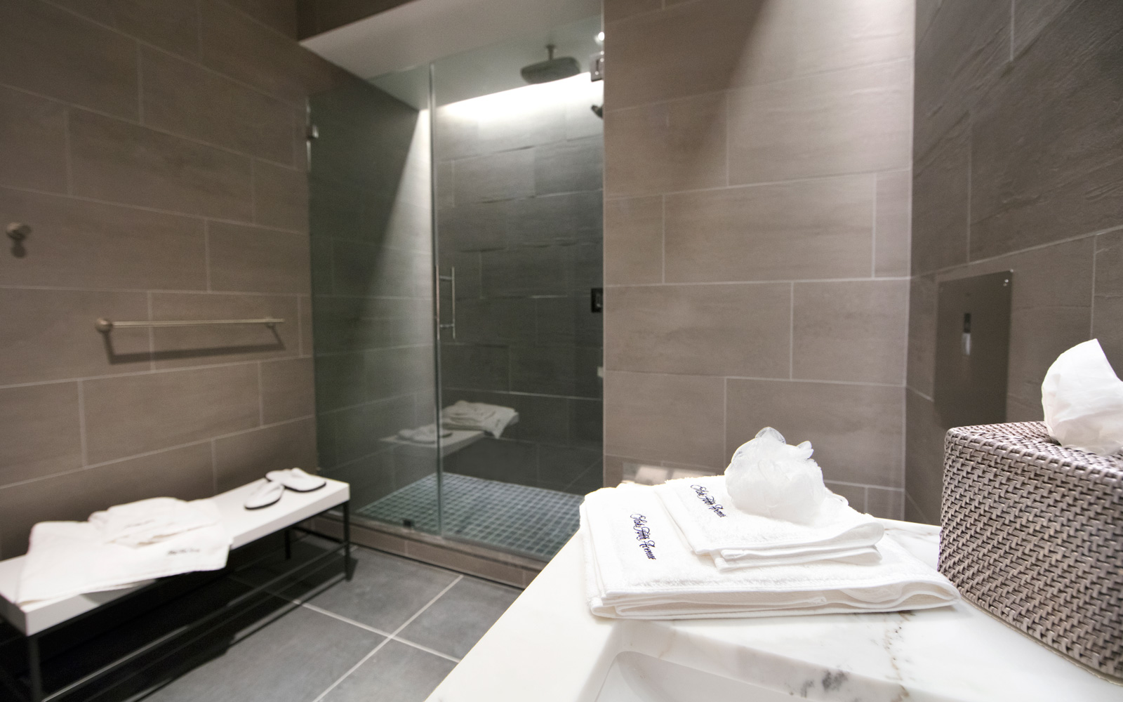 The shower suite at the Polaris lounge
