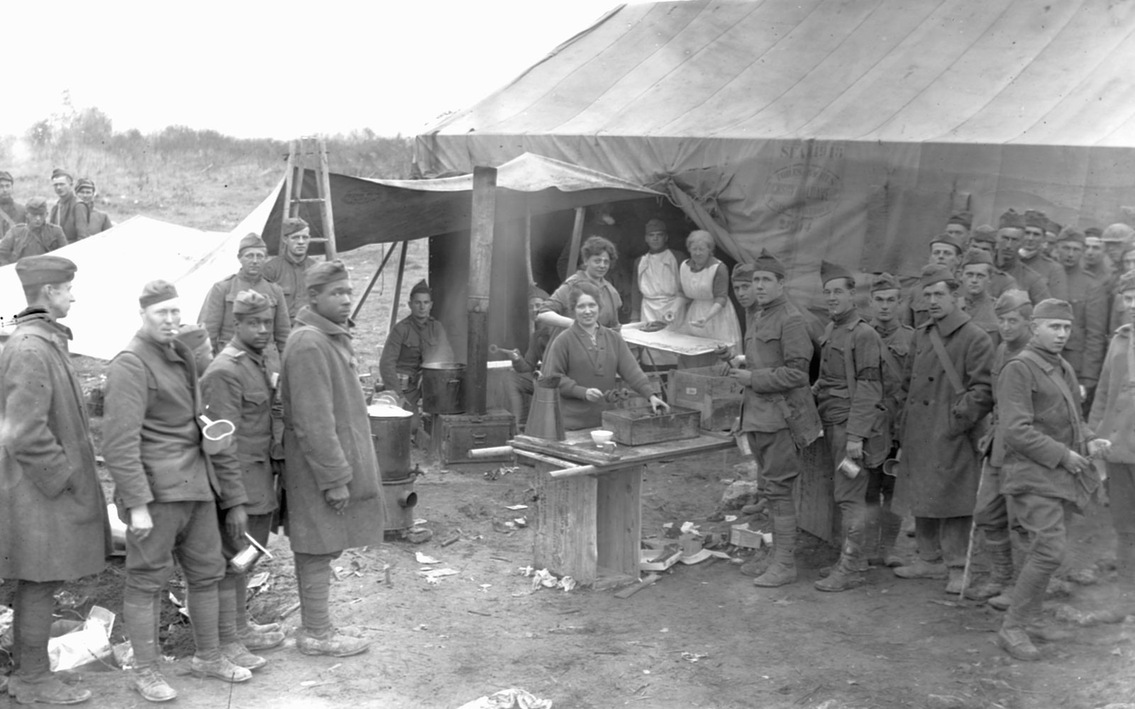 Salvation Army volunteers give fresh donuts to soldiers in France in 1918 T