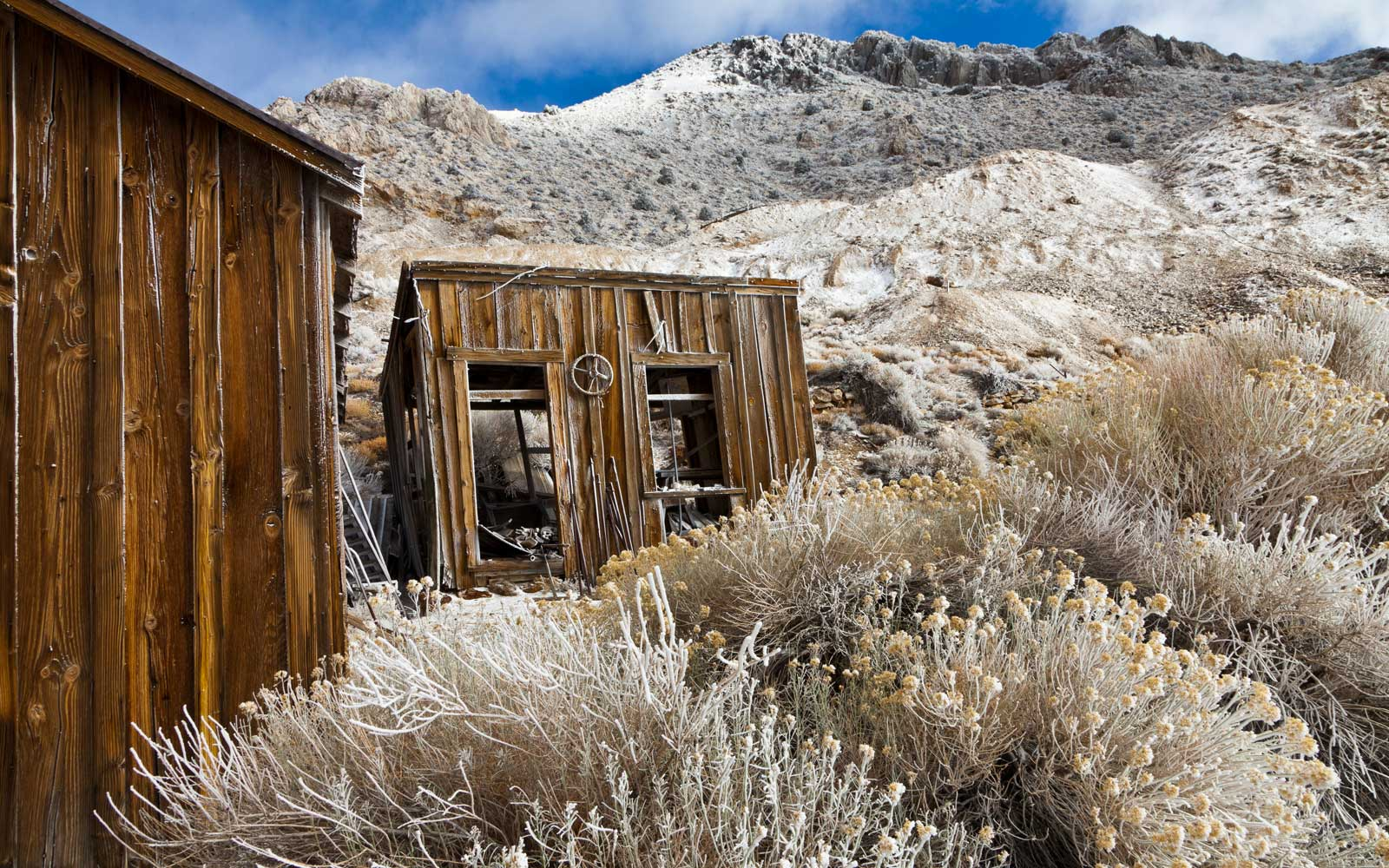 Structures in a high altitude ghost mining town (Ag-Pb-Zn).