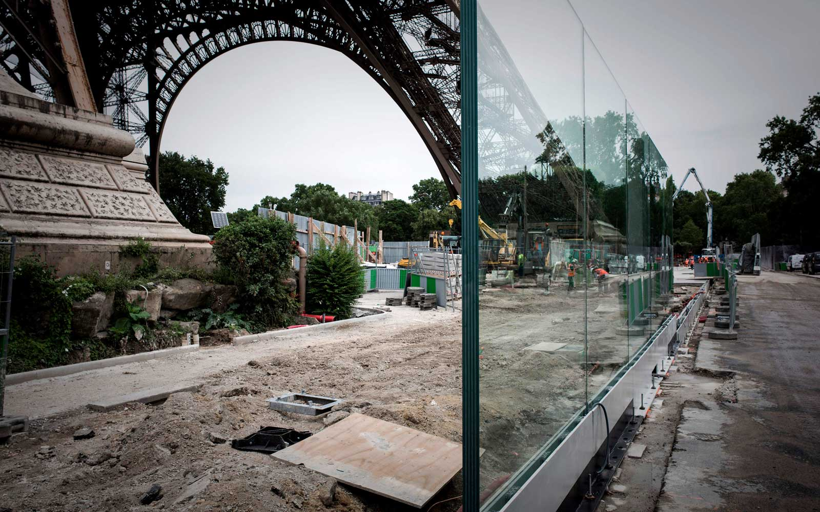 This picture taken on June 14, 2018 in Paris shows part of a bulletproof glass wall to be set around the Eiffel tower as an anti-terrorism measure.