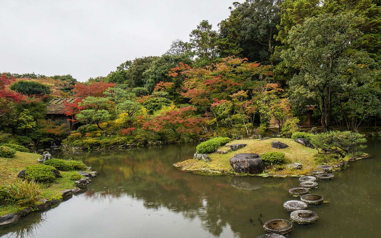 Isuien Garden is located in Nara, Japan. This name is derived from the fact that the pond are fed by the nearby Yoshikigawa River.