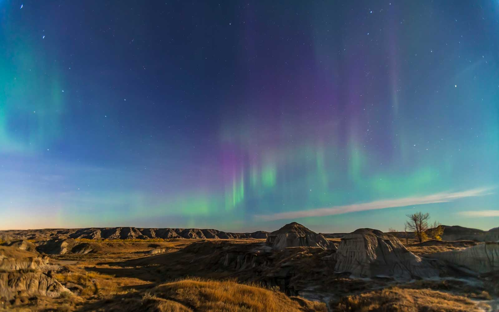 Aurora borealis over the badlands of Dinosaur Provincial Park, Alberta, Canada.