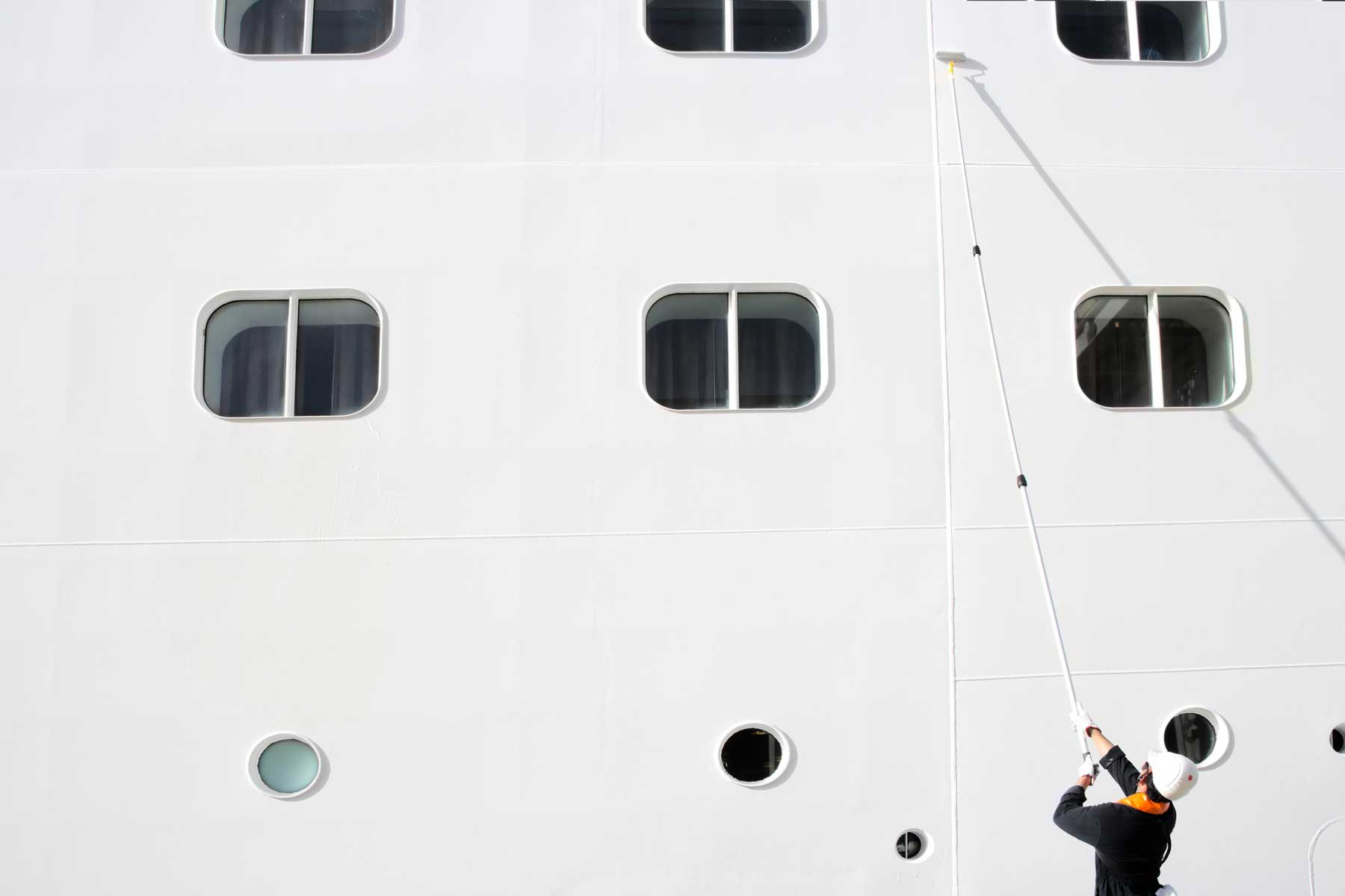 Cleaning the white surface of a cruise ship