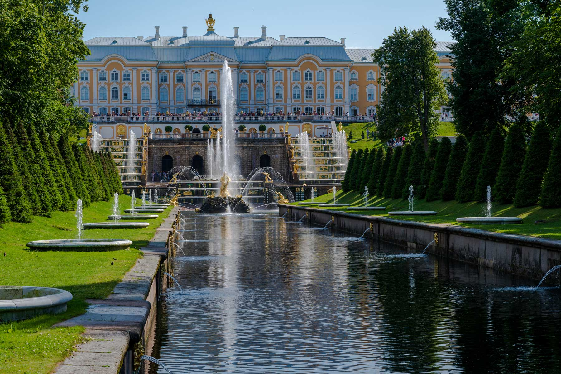 Photo of the fountain and gardens leading up to the Summer Palace of Peter the Great.
