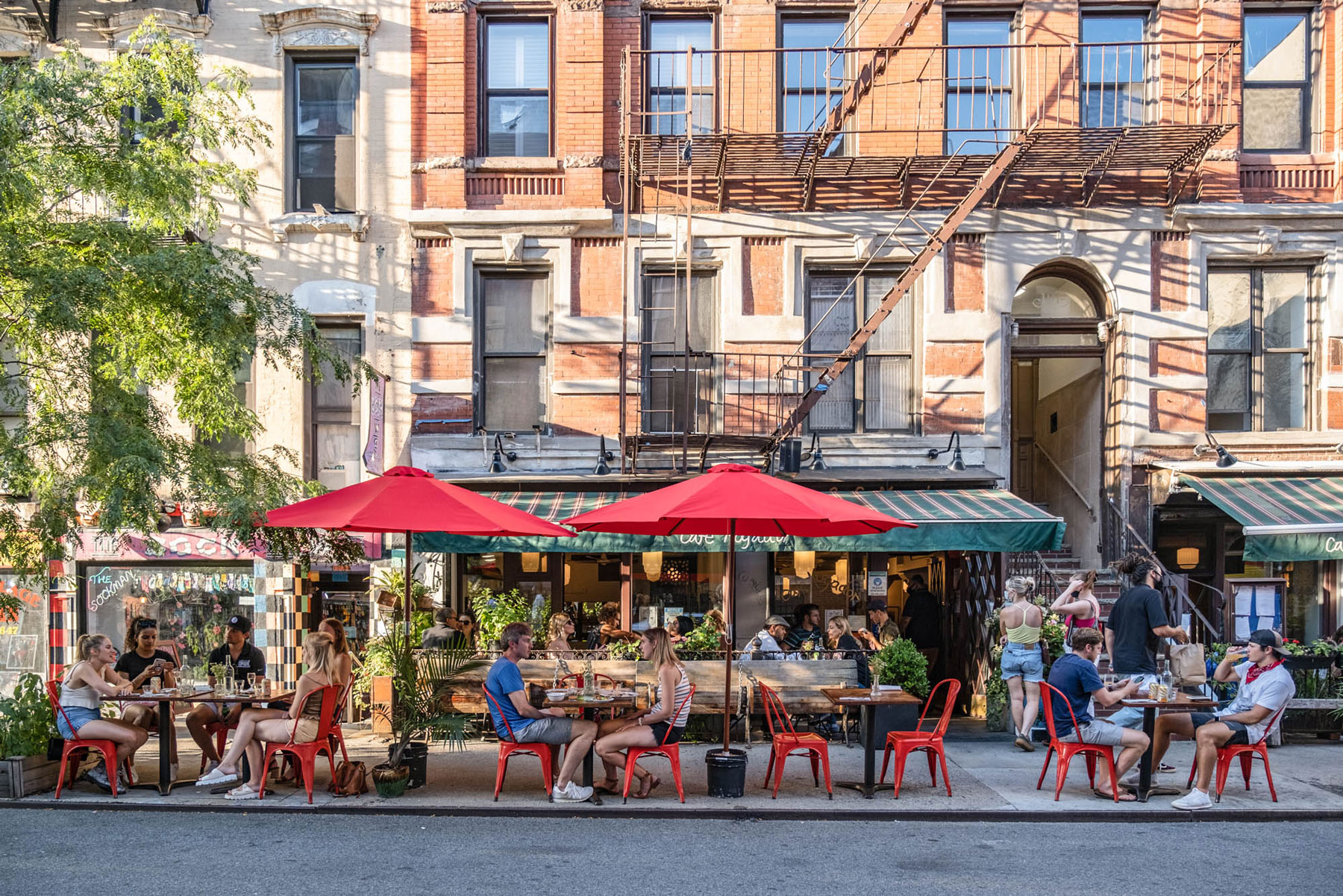 outdoor diners at a restuarant in new york city