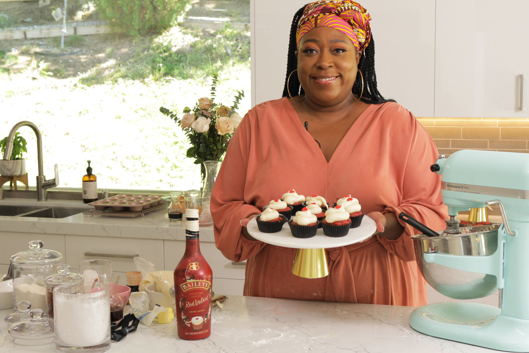 Loni Love holding cupcakes