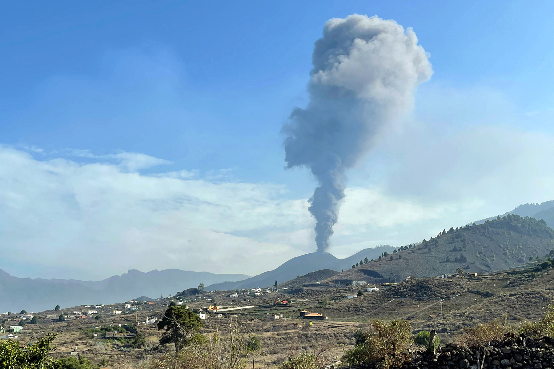 The Cumbre Vieja volcano resumes its activity after a short period of inactivity in Los Llanos de Aridane on the Canary island of La Palma on September 27, 2021