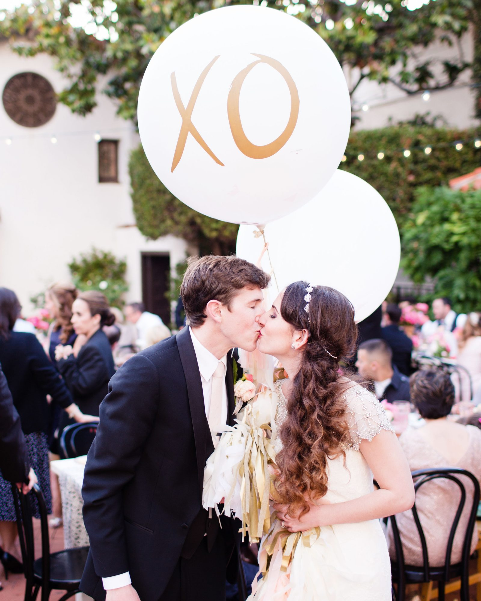 richelle-tom-wedding-kiss-balloons-826-s112855-0416.jpg