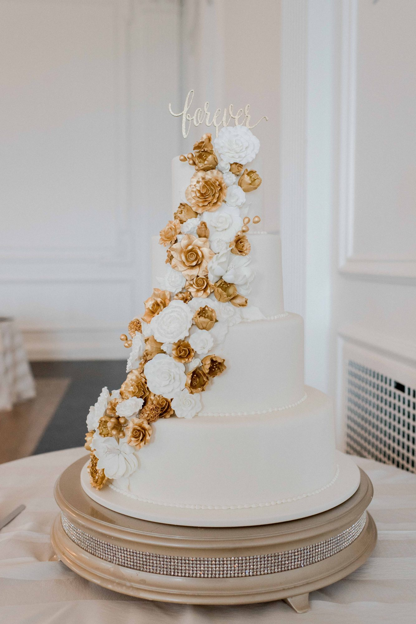 Arrange sugar flowers in a unique way, as Cescaphe did here. The cascading decorations were either white or an elegant gold.