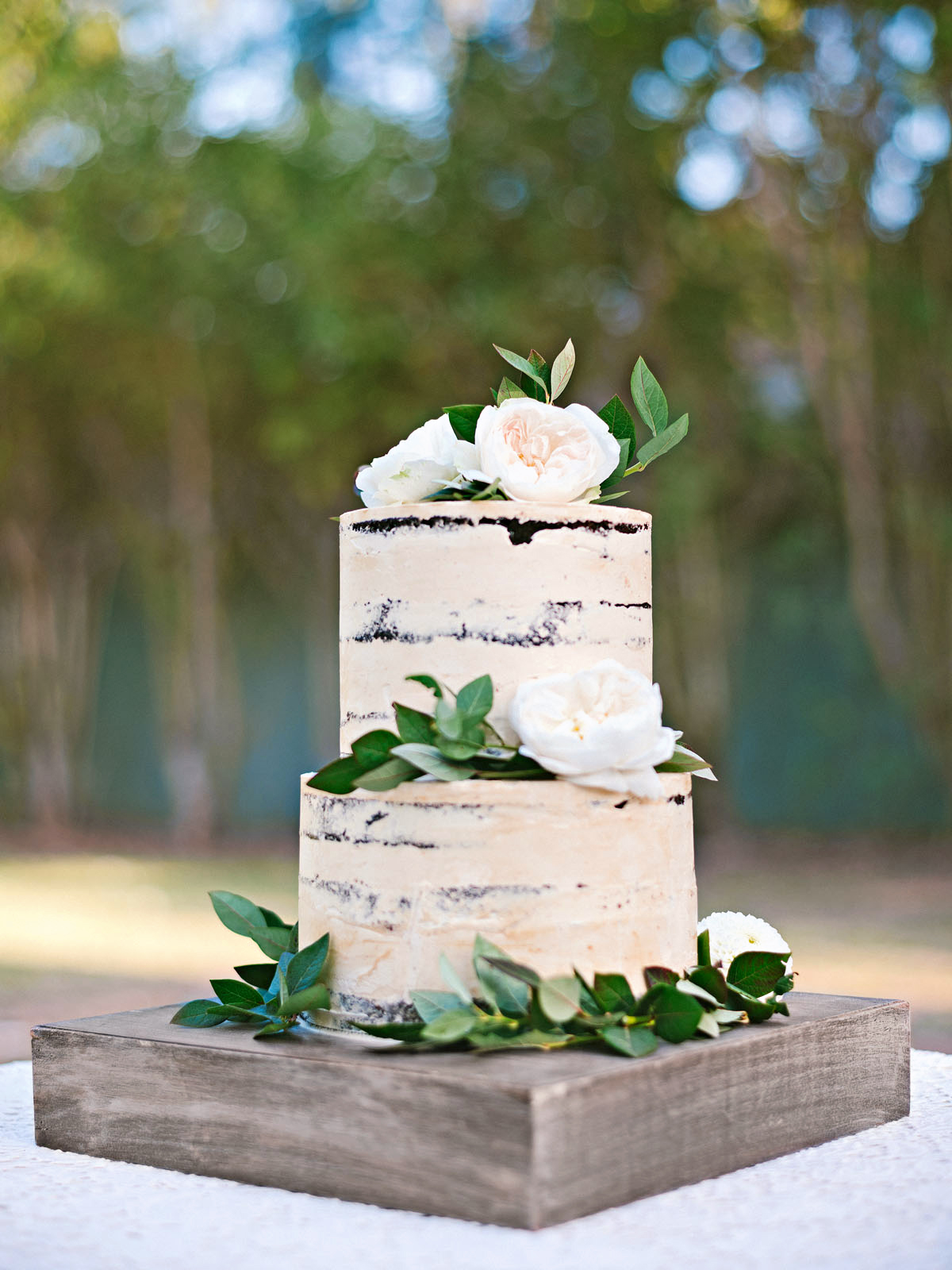 The couple chose a seminaked dulce de leche and caramel chocolate-mousse cake, decked in blueberry foliage and garden roses.
