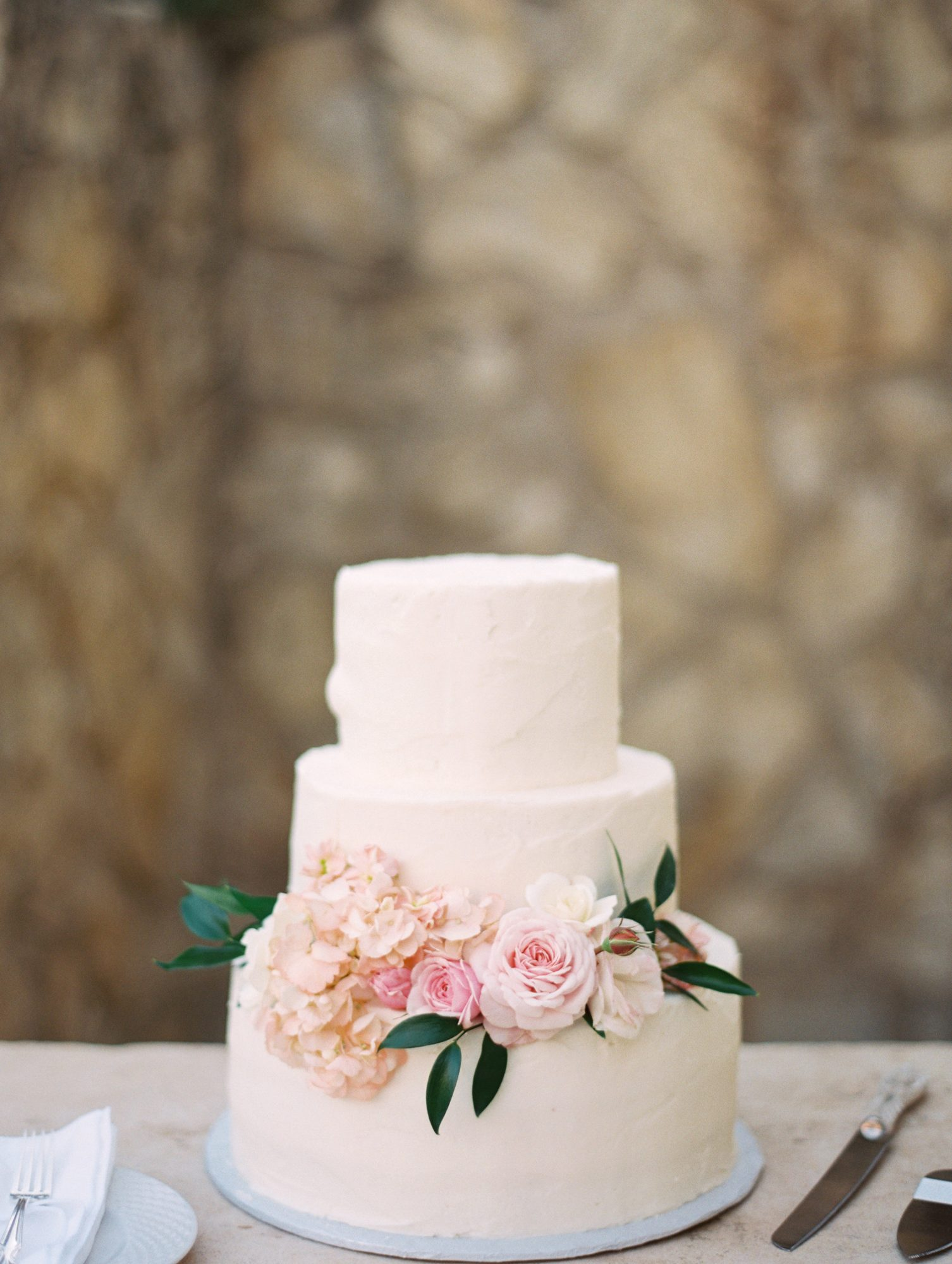 There's nothing like pink flowers to make a wedding dessert feel appropriate for spring.