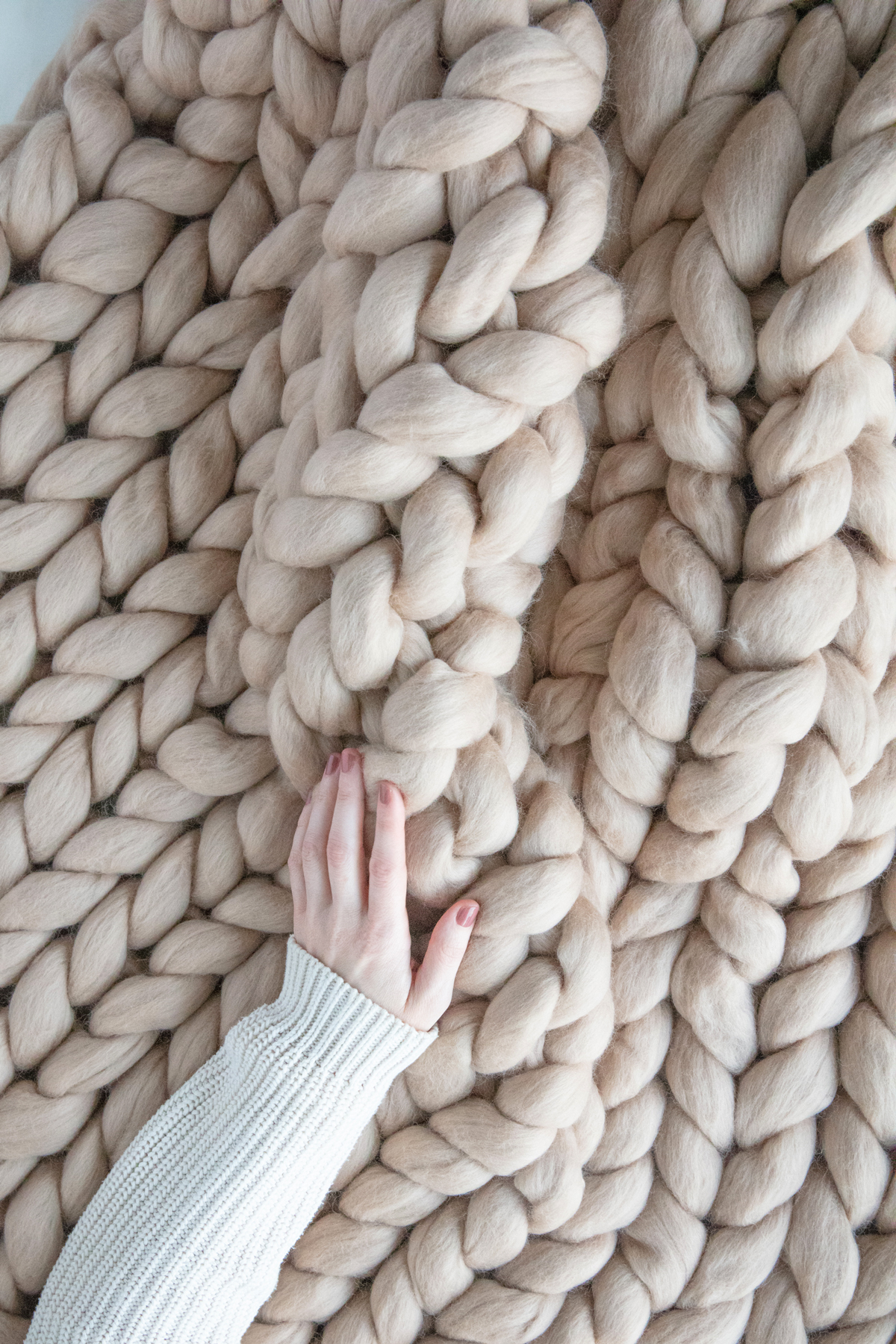 hand feeling rolled up arm knit blanket