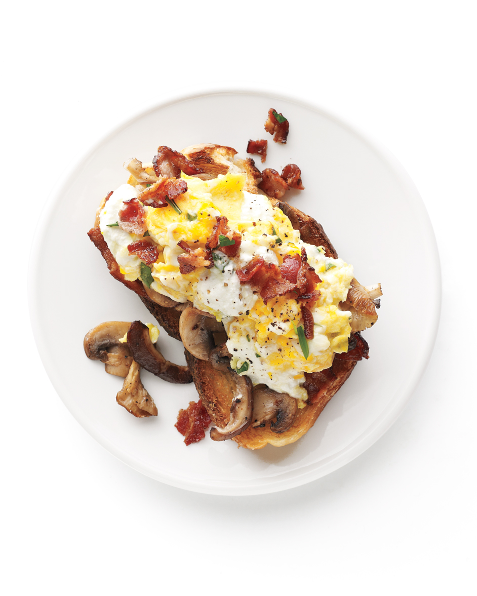 The One-Pan Wonder: Bacon and Eggs with Mushroom-Garlic Toasts